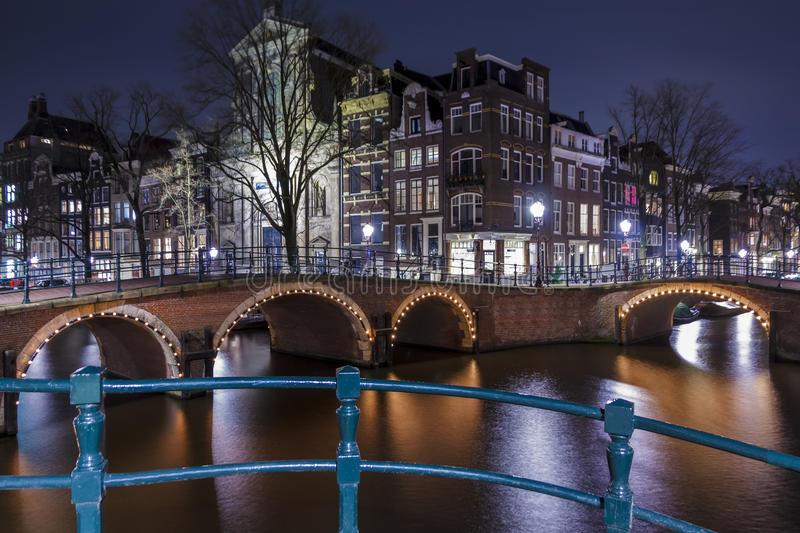 Amsterdam alla notte, canale di Singel immagini stock libere da diritti