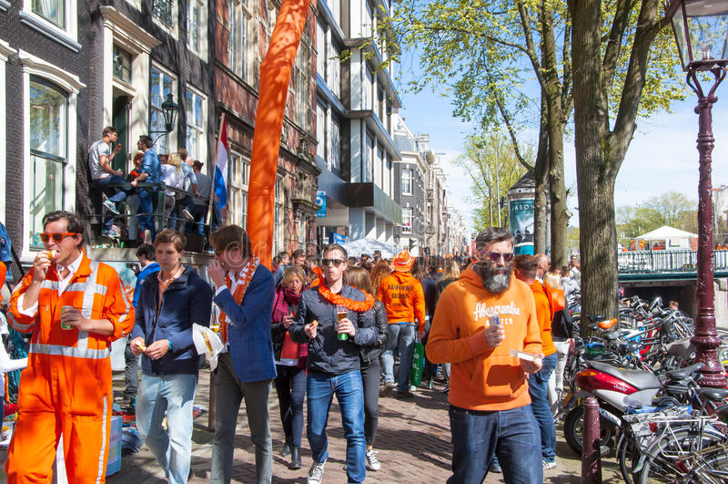 AMSTERDAM-APRIL 27 :本机和游人在荷兰的4月27,2015,红灯区庆祝Day国王的 免版税库存图片