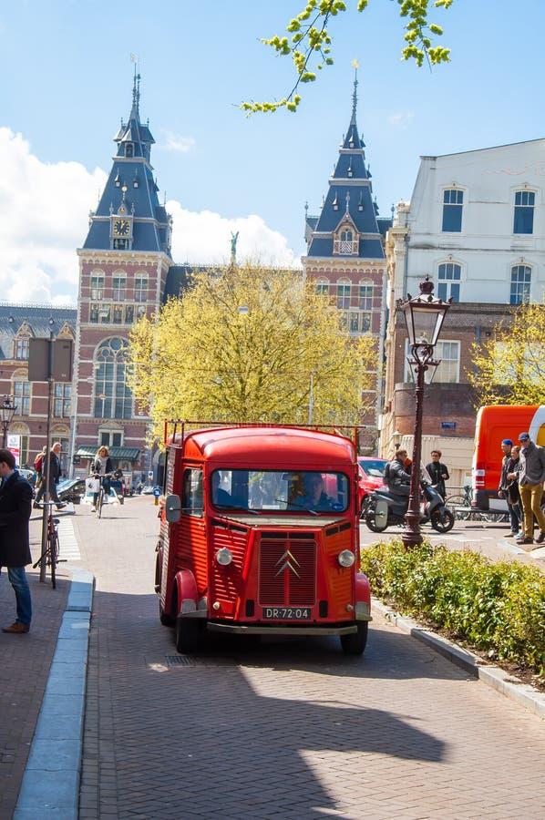 AMSTERDAM-APRIL 30: Citroen retro samochód na Amsterdam ulicie Rijksmuseum jest widoczny w tle zdjęcia stock