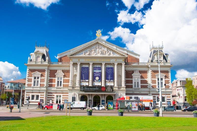 AMSTERDAM-APRIL 30: Den kungliga Concertgebouwen från Museumpleinen på April 30,2015 i Amsterdam, Nederländerna arkivfoto