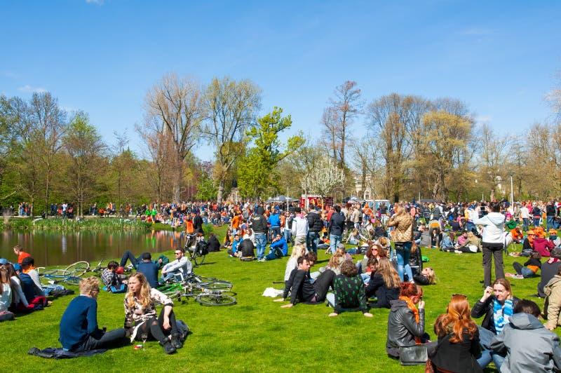 AMSTERDAM-APRIL 27: Folk i Vondelpark under konungs dag på April 27,2015, Nederländerna royaltyfri foto