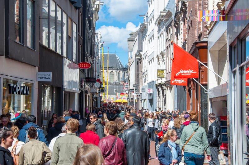 AMSTERDAM-APRIL 30: Folk på den Kalverstraat shoppinggatan på April 30,2015, Nederländerna royaltyfria foton
