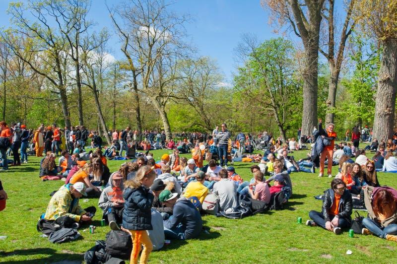 AMSTERDAM-APRIL 27: Folket i apelsin firar konungens dag in på April 27,2015 i Vondelpark, Nederländerna arkivbild
