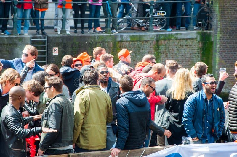 AMSTERDAM-APRIL 27: Konungens dagrodd, lokaler har gyckel på fartygen på April 27, 2015 i Amsterdam, Nederländerna royaltyfria bilder