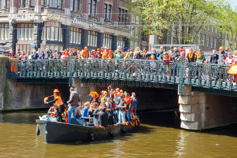AMSTERDAM-APRIL 27: Królewiątko dnia Koningsdag także znać wodniactwo na Singel kanale na Kwietniu 27, 2015 holandie zdjęcia royalty free