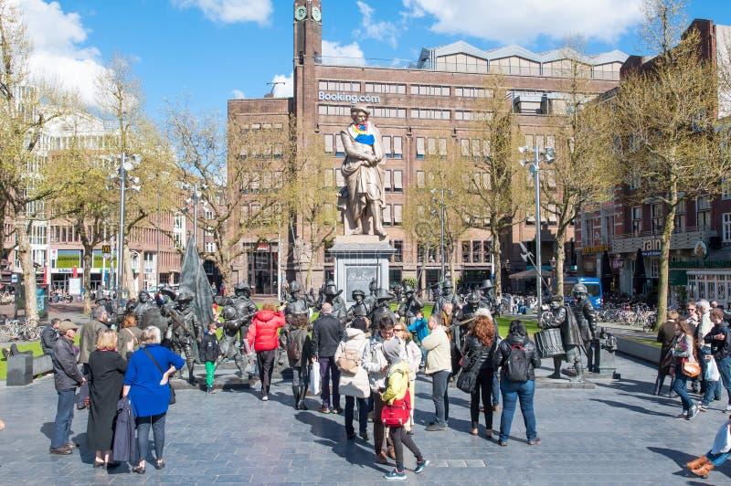 30 Amsterdam-april: Rembrandtplein met beeldhouwwerken van het Nachthorloge door Russische kunstenaars Mikhail Dronov en Alexande royalty-vrije stock afbeeldingen