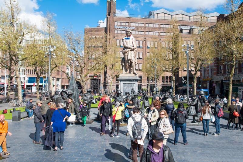 30 Amsterdam-april: Rembrandtplein met een brons-gietvorm vertegenwoordiging het Nachthorloge, door Mikhail Dronov en Alexander T stock afbeelding