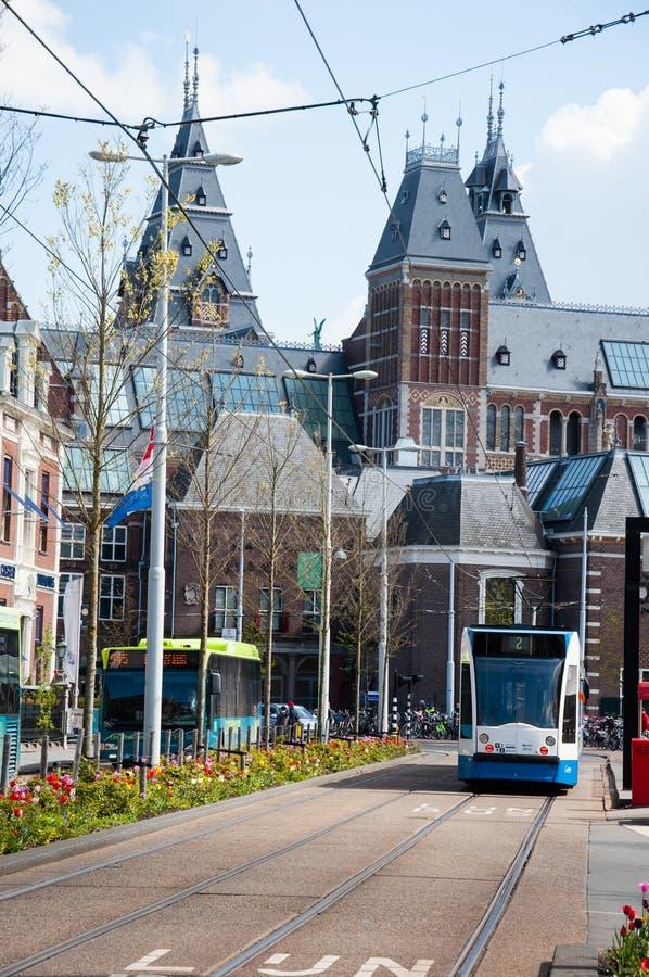 AMSTERDAM-APRIL 30: Rijksmuseum, tramwaj iść puszek ulica na Kwietniu 30, 2015 (południowa strona) fotografia stock