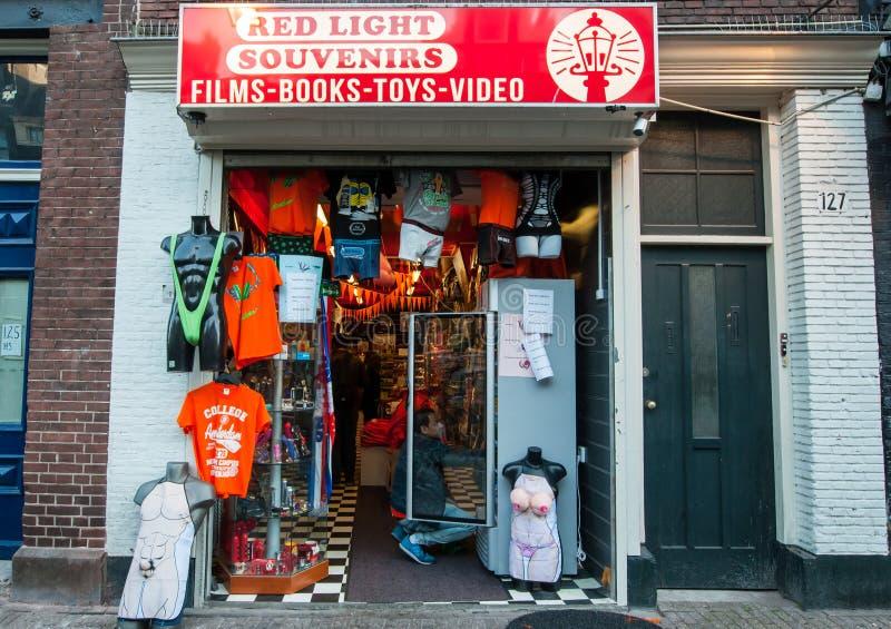 AMSTERDAM-APRIL 27: Souvenir shoppar i rött ljusområde under konungens dag på April 27, 2015 i Amsterdam, Nederländerna royaltyfri fotografi