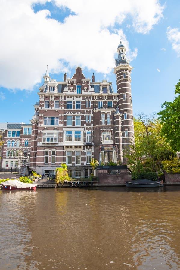 Amsterdam 30 aprile: Casa accogliente sul canale aprile 30,2015, Paesi Bassi di Singelgrachtkering fotografia stock libera da diritti