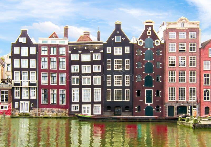 Amsterdam arkitektur och Damrak kanal, Nederländerna royaltyfri fotografi