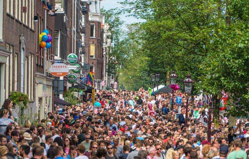 Amsterdam, am 5. August 2017: Besucher der Kanalparade 2017 stry lizenzfreie stockbilder