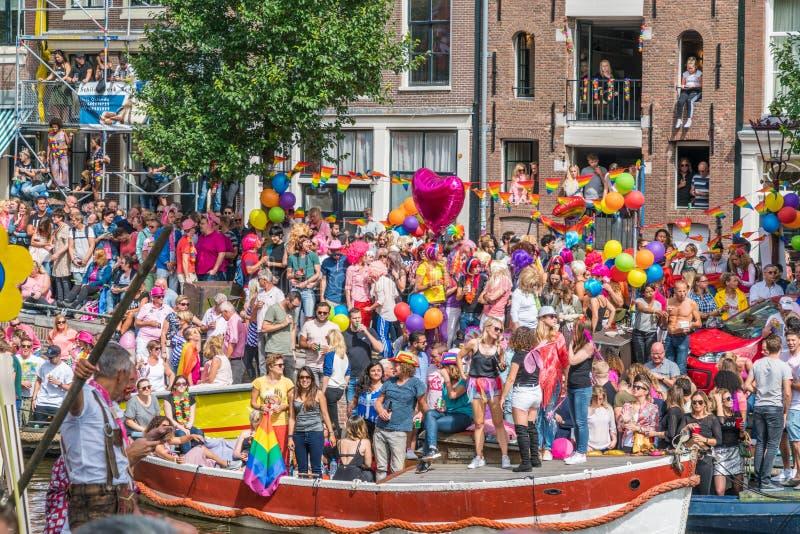 Amsterdam, am 5. August 2017: Besucher, welche die Boote der 201 aufpassen stockfotos