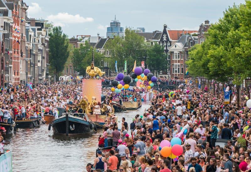 Amsterdam, am 5. August 2017: Boote des Kanalparadesegelns 2017 stockbild