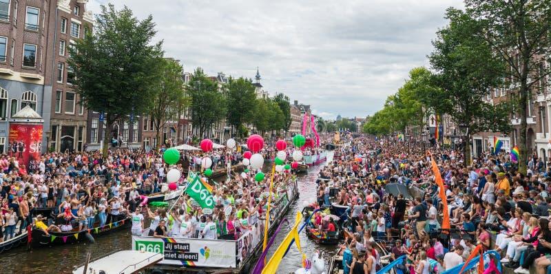 Amsterdam, am 5. August 2017: Boote des Kanalparadesegelns 2017 stockfotos