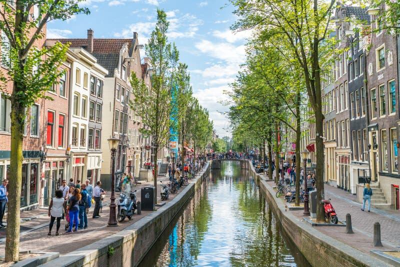 Amsterdam, 5 Augustus 2017: toerist die Oudezijds bezoeken achterb stock foto's