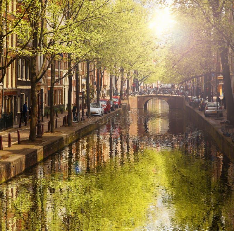 Amsterdam avec le canal vert dans le centre ville, Hollande photographie stock