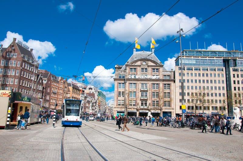 AMSTERDAM 30 AVRIL : Endiguez la place avec le magasin emblématique de De Bijenkorf sur le fond le 30 avril 2015 à Amsterdam, Pay photos stock