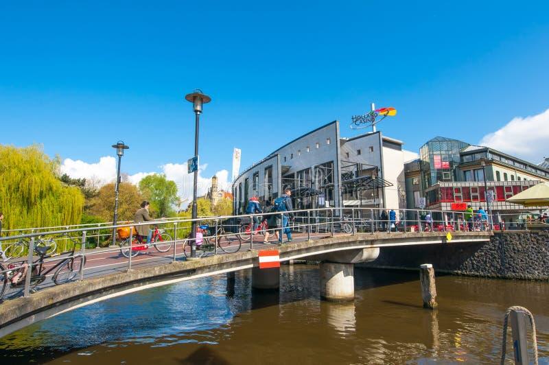 AMSTERDAM 30 AVRIL : Le pont à travers le canal de Singelgrachtkering, Holland Casino est évident à l'arrière-plan en avril 30,20 photo libre de droits