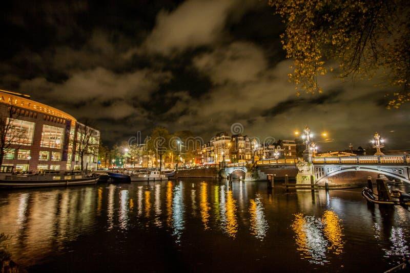 Amsterdam bij nacht stock fotografie