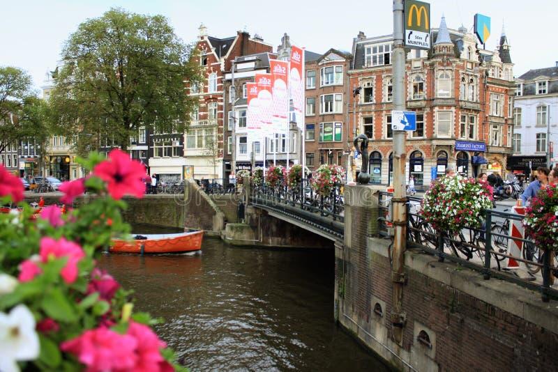 Amsterdam, canal de l'eau à côté des maisons photos libres de droits