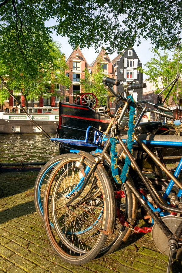 Amsterdam, canal et vélo. image stock