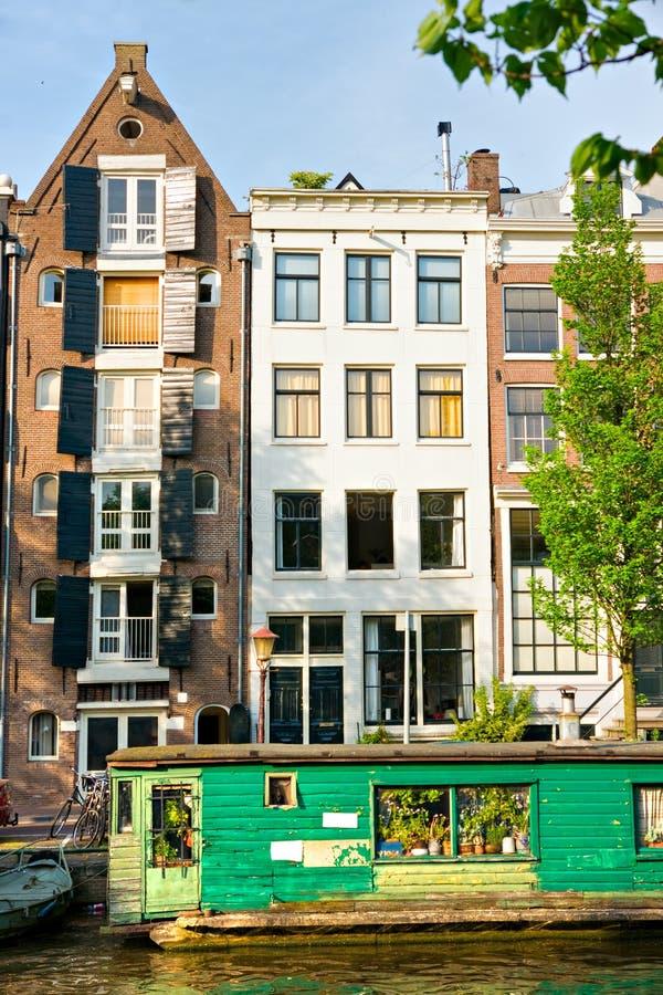 Amsterdam, canale e casa galleggiante immagini stock libere da diritti