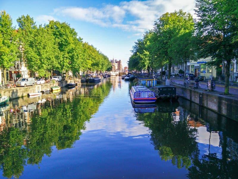 Amsterdam Cannal con una reflexión hermosa del agua fotos de archivo