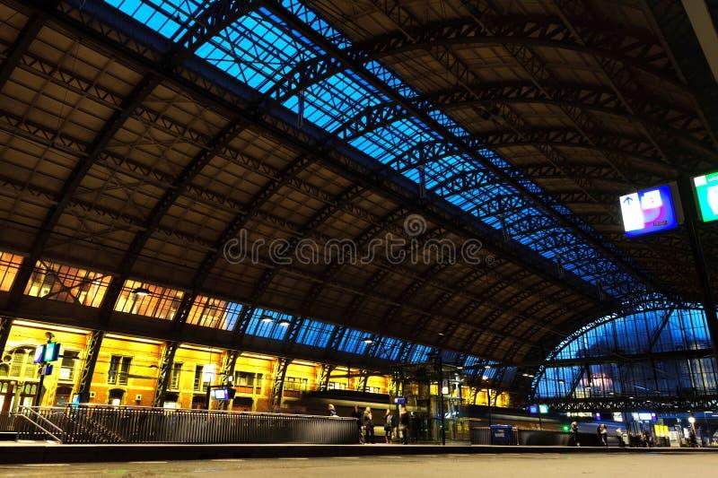 Amsterdam central järnvägsstation på natten royaltyfri bild
