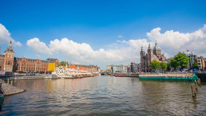 AMSTERDAM centrali staci linia horyzontu PRZED rzeką fotografia stock