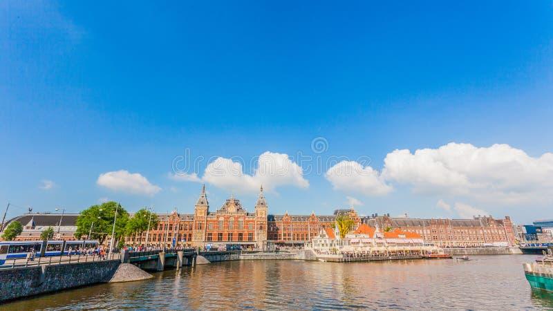 AMSTERDAM centrali staci linia horyzontu PRZED rzeką obraz stock