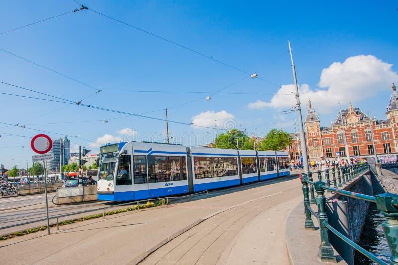 AMSTERDAM centrali staci linia horyzontu Z BŁĘKITNYM holandii ` tramwajem fotografia royalty free