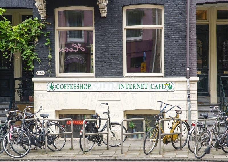 Amsterdam coffee shop med cyklar royaltyfri foto