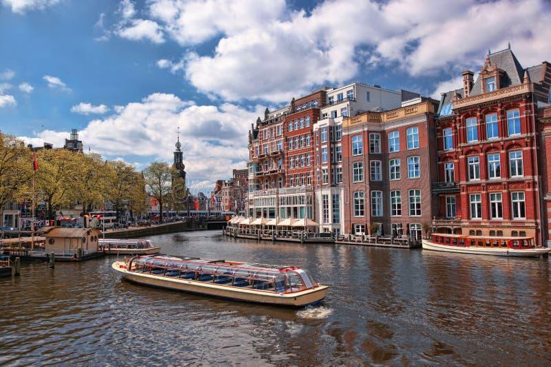 Amsterdam con los barcos en el canal en Holanda imagen de archivo libre de regalías