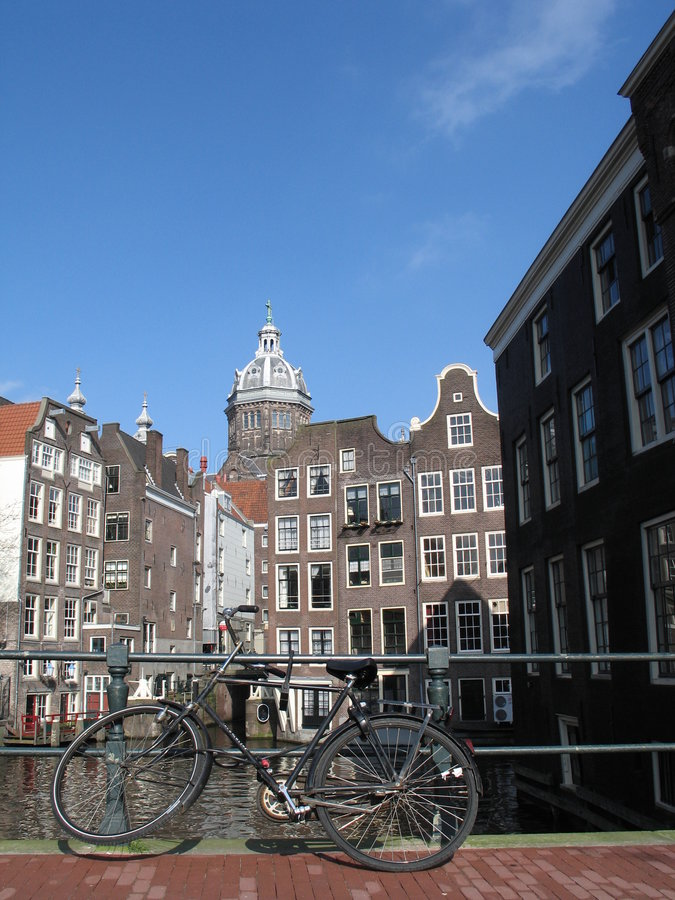 amsterdam cykelwaterway arkivfoto