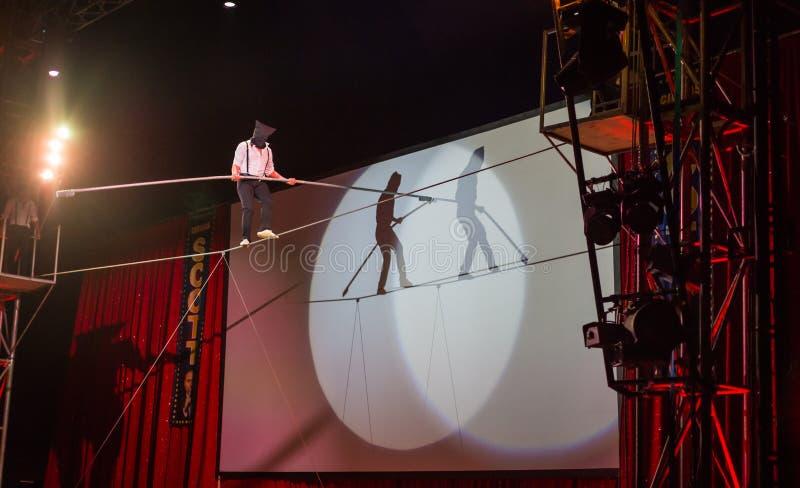 Amsterdam, am 20. Dezember 2014: Ein Akrobat vom Zirkus Scott gibt eine des mit verbundenen Augen gehende Leistung Drahtseils lizenzfreies stockbild
