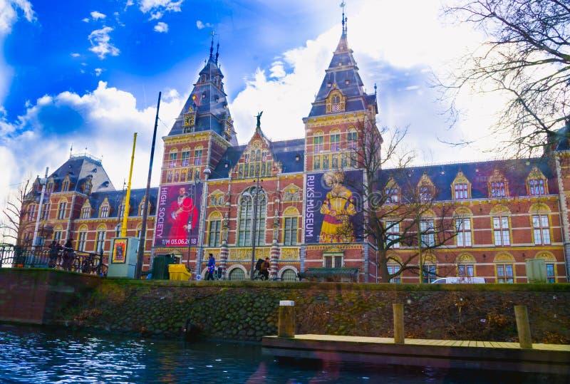 AMSTERDAM, DIE NIEDERLANDE, APRIL, 23 2018: Ansicht im Freien des Rijksmuseum ist ein niederländisches Nationalmuseum, das Künste stockfotos