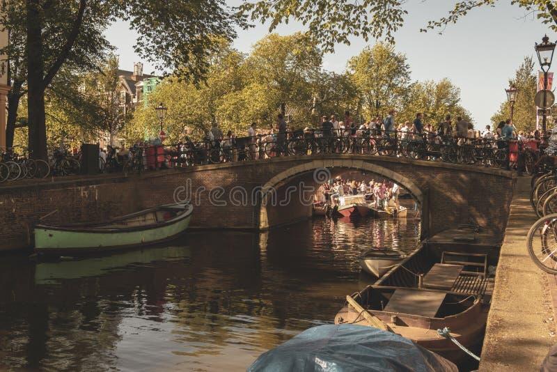 Amsterdam, die Niederlande - 3. August 2013: Ein Weinlesefarbtonbild homosexueller Parade Amsterdams in einem Kanal an einem sonn stockbild