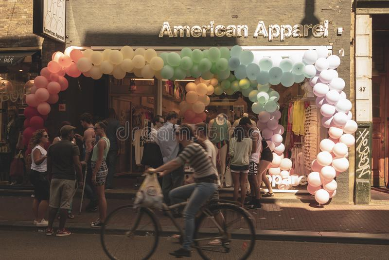 Amsterdam, die Niederlande - 3. August 2013: Ein Weinlesefarbtonbild homosexueller Parade Amsterdams in einem Kanal an einem sonn stockfotos