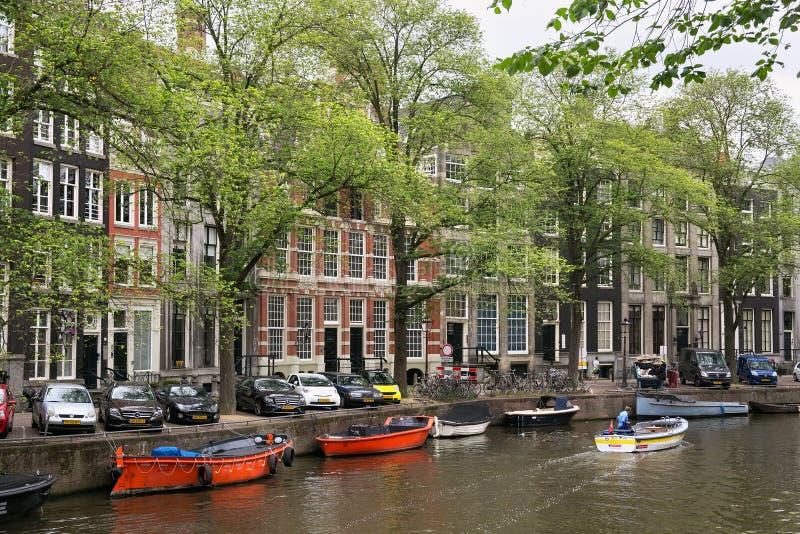 AMSTERDAM, DIE NIEDERLANDE - 25. JUNI 2017: Boote auf dem der Wasserkanäle stockfotos
