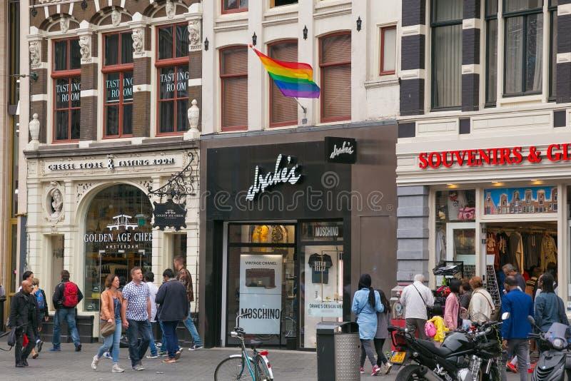 AMSTERDAM, DIE NIEDERLANDE - 25. JUNI 2017: Regenbogenstolzflagge der LGBT-Bewegung auf der Fassade stockfoto
