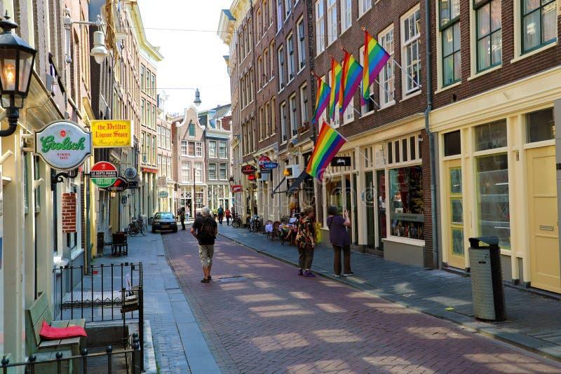 AMSTERDAM, DIE NIEDERLANDE - 6. JUNI 2018: Stolz des Regenbogens LGBT kennzeichnet Schläge in der Brise in Amsterdam-Straße, die  stockfotografie
