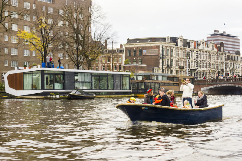 AMSTERDAM, DIE NIEDERLANDE - NOVEMBER, 18, 2012 - Trompetersspiel stockfotografie