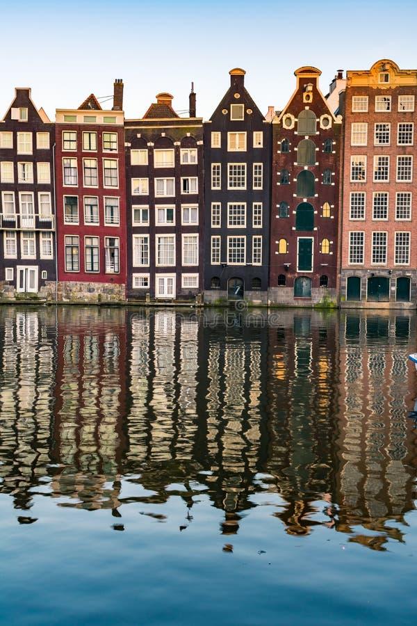 Amsterdam domy z kolorowymi fasadami przy Amstel rzeki kanałem obrazy royalty free