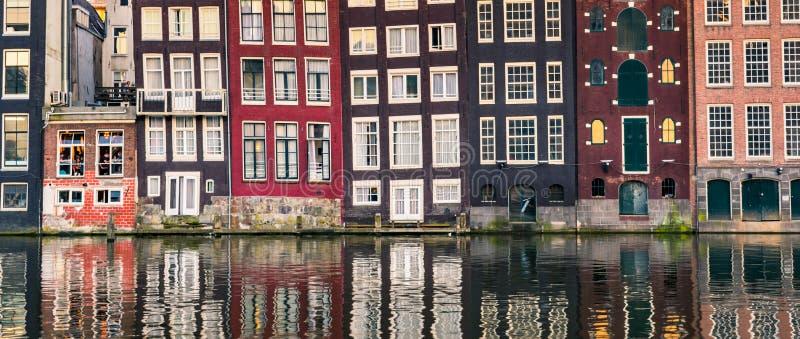Amsterdam domy z kolorowymi fasadami przy Amstel rzeki kanałem zdjęcia royalty free