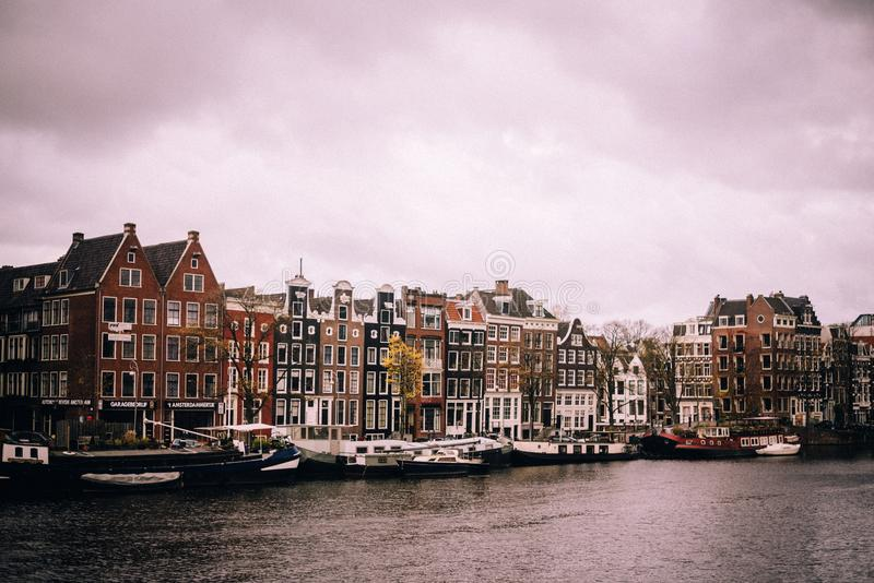 Amsterdam an einem bewölkten Tag lizenzfreies stockbild