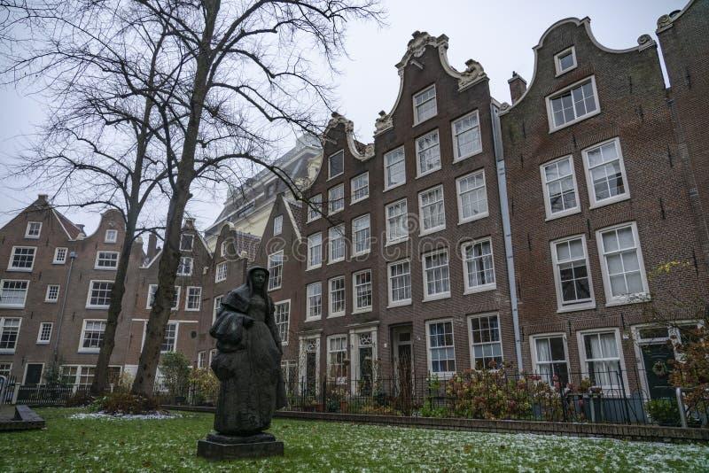 Amsterdam el Begijnhof el jardín y la estatua imagen de archivo libre de regalías