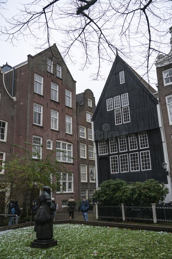 Amsterdam el Begijnhof el jardín y la estatua fotografía de archivo libre de regalías