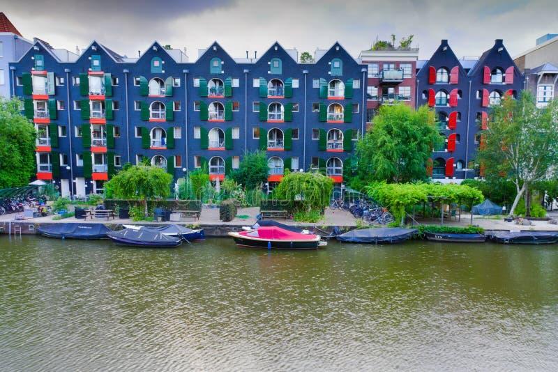 08-07-2019 Amsterdam el tiro holandés de los edificios auténticos de Amsterdam al lado del canal foto de archivo