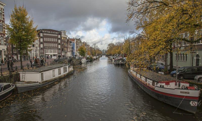 Amsterdam en automne - bateaux étroits sur un canal images stock